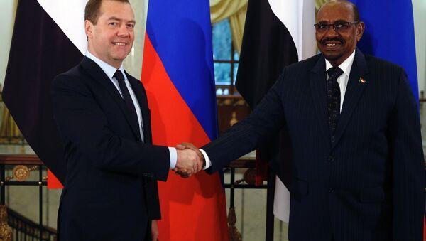 Primer ministro de Rusia, Dmitri Medvédev, y presidente de Sudán Omar Bashir - Sputnik Mundo