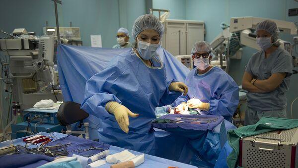 Cirujanos (imagen referencial) - Sputnik Mundo