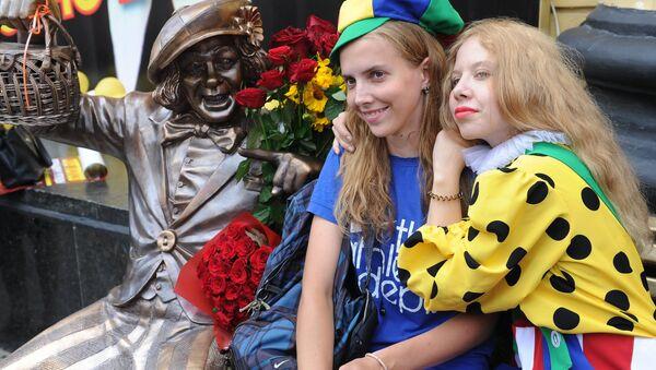 Jóvenes posan con el monumento al payado en la ciudad de Rostov del Don, Rusia - Sputnik Mundo