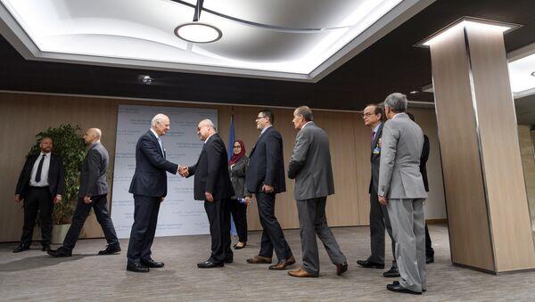 Staffan de Mistura, el enviado de la ONU para Siria, saluda a los representantes de la comisión siria para las negociaciones - Sputnik Mundo