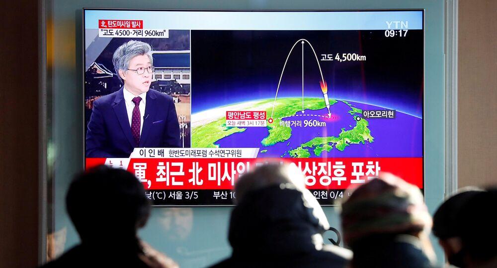 Corea del Norte lanza un misil balístico (archivo)