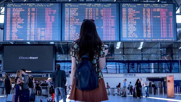 Mujer en un aeropuerto (imagen referencial) - Sputnik Mundo