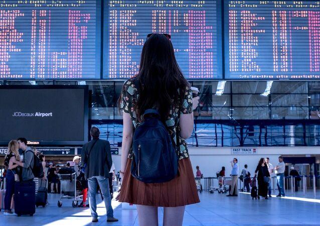 Mujer en un aeropuerto (imagen referencial)