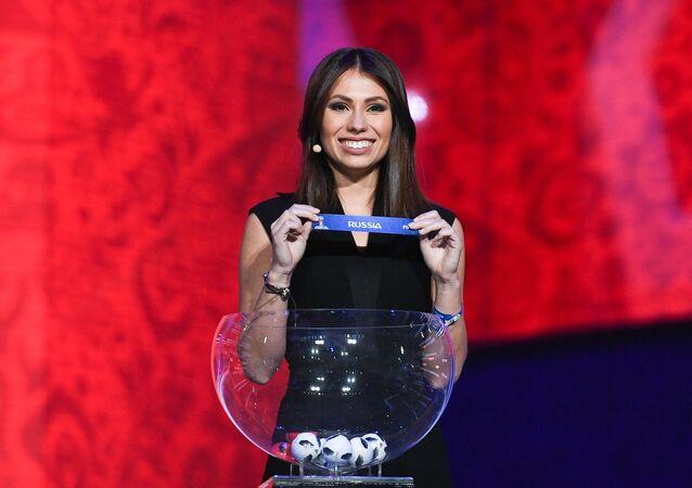 María Komándnaya durante el ensayo del sorteo de la Copa Mundial de la FIFA 2018