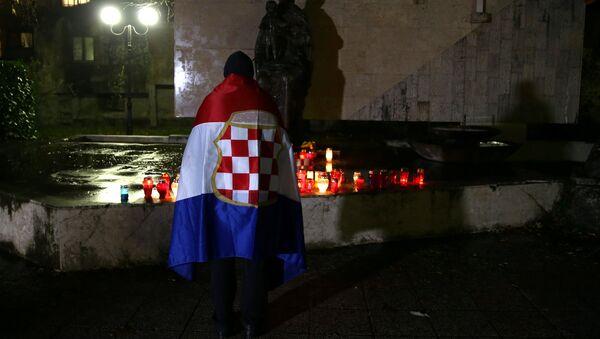 Un bosniocroata reza por Slobodan Praljak, fallecido tras tomar veneno en el Tribunal de la Haya (archivo) - Sputnik Mundo