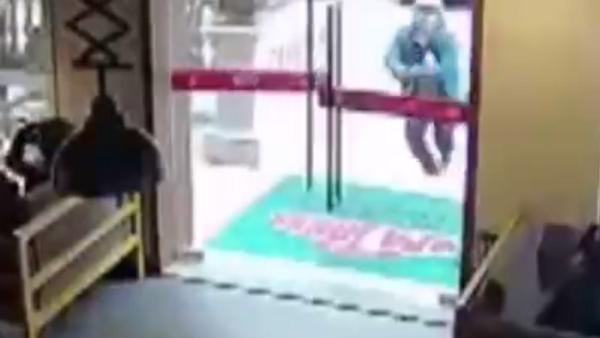 Un mal día en el trabajo: repartidor de comida destruye una puerta de cristal - Sputnik Mundo