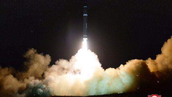 Lanzamiento del misil norcoreano Hwasong 15 - Sputnik Mundo