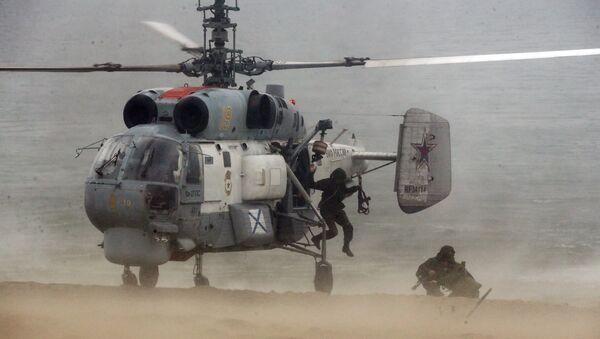 Marineros de la Flota del Báltico de Rusia realizan maniobras a bordo de un helicóptero Ka-27 (archivo) - Sputnik Mundo
