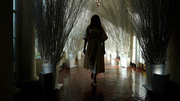 Melania Trump, primera dama de EEUU, camina por los corredores decorados de la Casa Blanca - Sputnik Mundo