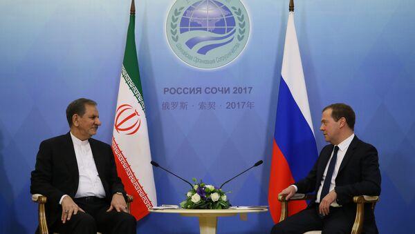 Primer vicepresidente de Irán, Eshaq Yahanguiri, con primer ministro ruso, Dmitri Medvédev - Sputnik Mundo