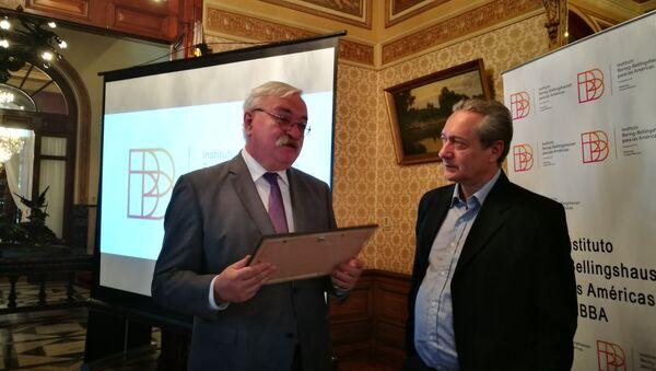 El embajador ruso en Uruguay, Alexéi Labetskiy y Gerardo Bleier, vicepresidente del Instituto Bering Bellingshausen durante la presentación - Sputnik Mundo