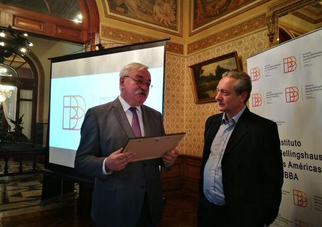El embajador ruso en Uruguay, Alexéi Labetskiy y Gerardo Bleier, vicepresidente del Instituto Bering Bellingshausen durante la presentación