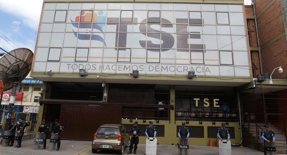 Policía protege el edifício del Tribunal Supremo Electoral de Honduras, en Tegucigalpa