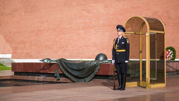 Un soldado guarda la Tumba del Soldado Desconocido en Moscú - Sputnik Mundo