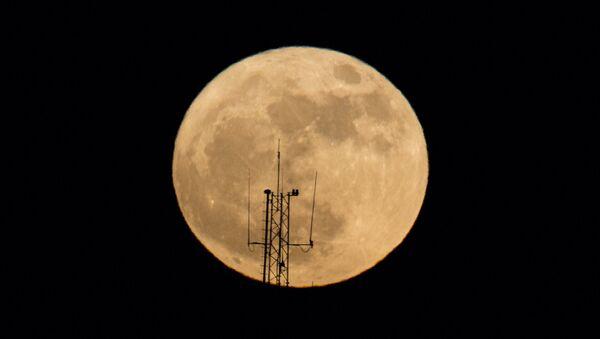 La superluna en el cielo nocturno sobre Netanya (Israel) - Sputnik Mundo