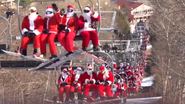 Oleada de Santa Claus esquiadores en EEUU - Sputnik Mundo
