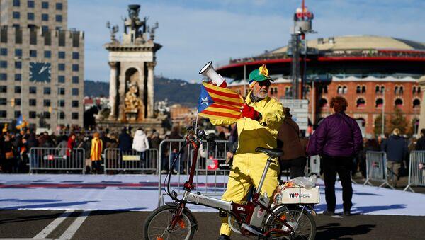 Un hombre con la bandera de Cataluña (archivo) - Sputnik Mundo