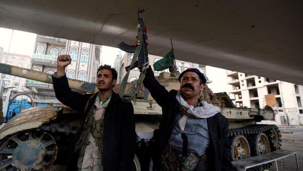 Los seguidores de los rebeldes hutíes en Yemen - Sputnik Mundo