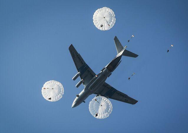 Unos paracaidistas, desembarcánsdose desde un Il-76 (archivo)