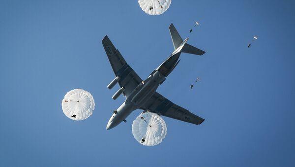 Unos paracaidistas, desembarcánsdose desde un Il-76 (archivo) - Sputnik Mundo