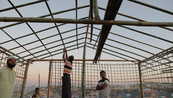 Los refugiados rohinyás construyen una escuela (imagen referencial) - Sputnik Mundo