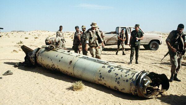 Militares inspeccionan un cohete del tipo R-17 (archivo) - Sputnik Mundo