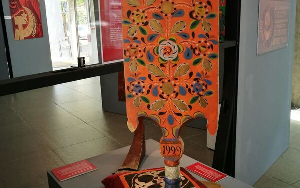 Una artesanía expuesta en la muestra '100 años de Octubre Rojo', en Montevideo, Uruguay. - Sputnik Mundo
