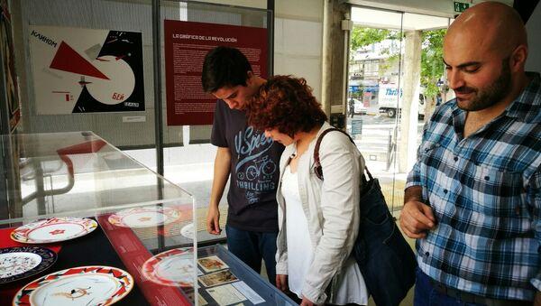 Personas observan la porcelana expuesta en la muestra '100 años de Octubre Rojo', en Montevideo, Uruguay. - Sputnik Mundo