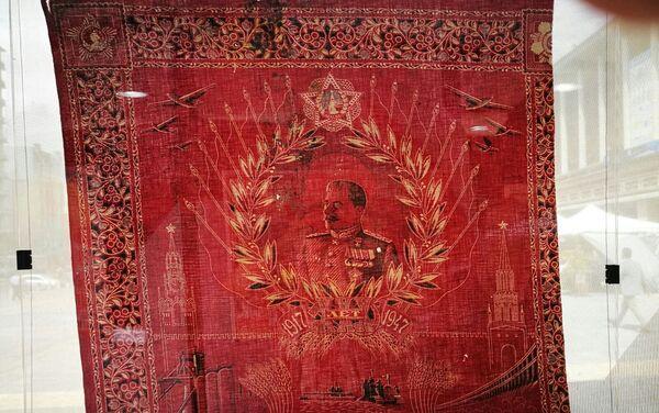 Pañuelo en algodón estampado con el retrato de Stalin y el perfil de Lenin de 1947, exhibido en la muestra '100 años de Octubre Rojo', en Montevideo, Uruguay. - Sputnik Mundo