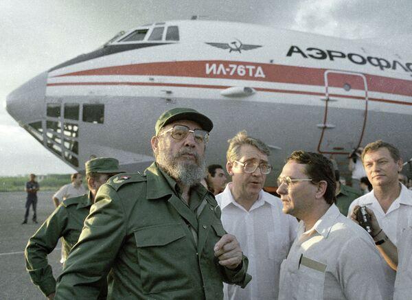 Fidel Castro despide a la brigada de médicos cubanos con dirección a Armenia, en La Habana en 1988 - Sputnik Mundo