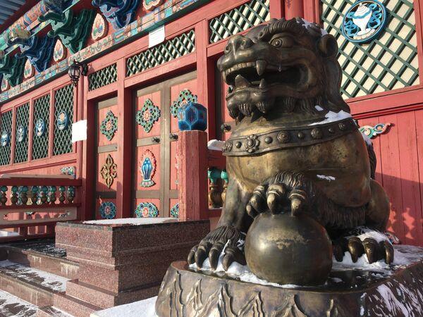 La entrada a un templo del monasterio de Ívolga - Sputnik Mundo
