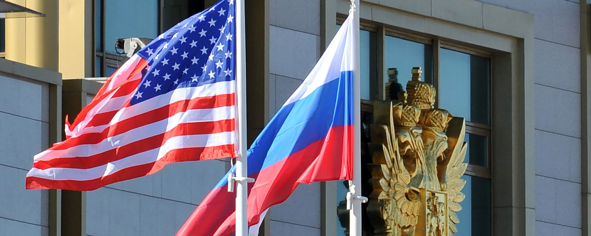 Banderas de EEUU y Rusia - Sputnik Mundo, 1920, 19.05.2021