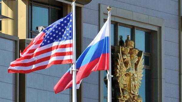 Banderas de EEUU y Rusia - Sputnik Mundo