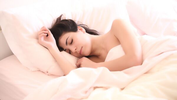 Una mujer dormida - Sputnik Mundo