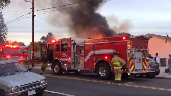 La extinción del incendio en San Diego - Sputnik Mundo