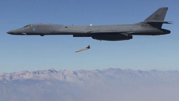 Un LRASM, lanzado desde un B-1B Lancer (archivo) - Sputnik Mundo