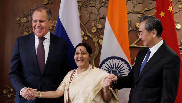 El canciller ruso, Serguéi Lavrov, ministra de Exteriores india, Sushma Swaraj, y el canciller chino, Wang Yi - Sputnik Mundo