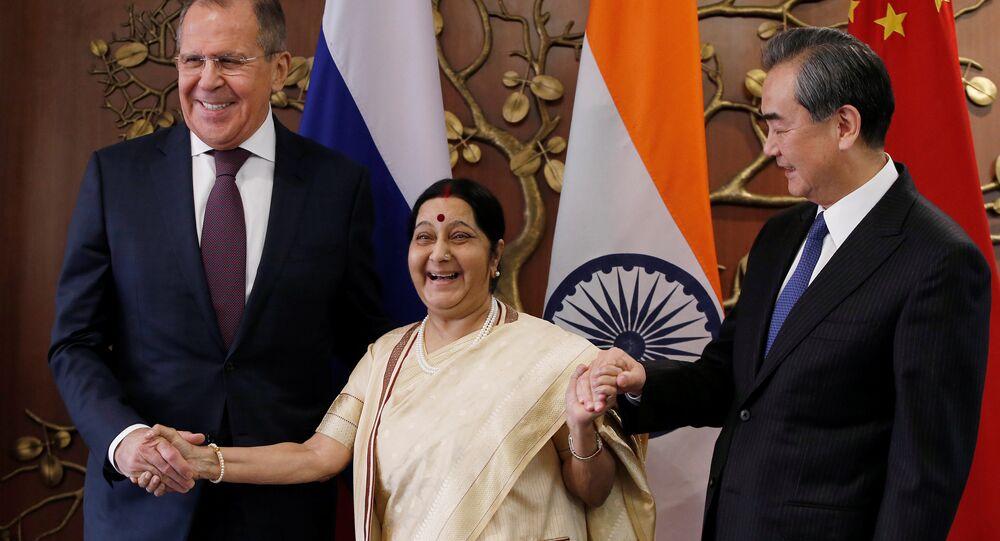 El canciller ruso, Serguéi Lavrov, ministra de Exteriores india, Sushma Swaraj, y el canciller chino, Wang Yi