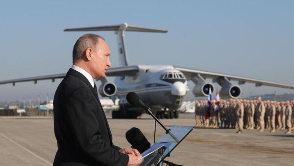 El presidente de Rusia, Vladímir Putin, visita la base rusa en Siria, Hmeymim - Sputnik Mundo