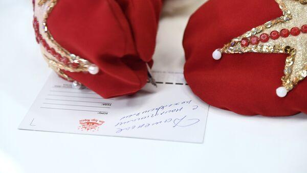 El Papá Noel ruso durante la rueda de prensa en Sputnik - Sputnik Mundo