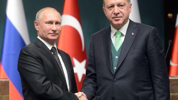 El presidente ruso, Vladímir Putin, con su par turco Recep Tayyip Erdogan - Sputnik Mundo