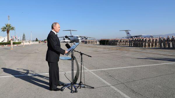 El presidente de Rusia, Vladímir Putin, visita la base rusa en Hmeymim, Siria - Sputnik Mundo