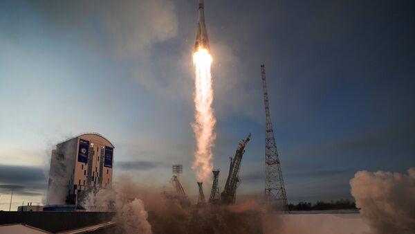 Lanzamiento del cohete Soyuz 2.1b desde el cosmódromo Vostochni el 28 de noviembre de 2017 - Sputnik Mundo