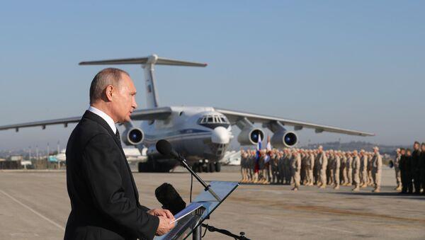 La visita sorpresa de Putin a la base aérea rusa de Hmeymim, en imágenes - Sputnik Mundo