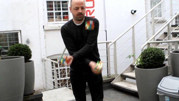 Ver para creer: un hombre resuelve tres cubos de Rubik mientras hace malabares - Sputnik Mundo