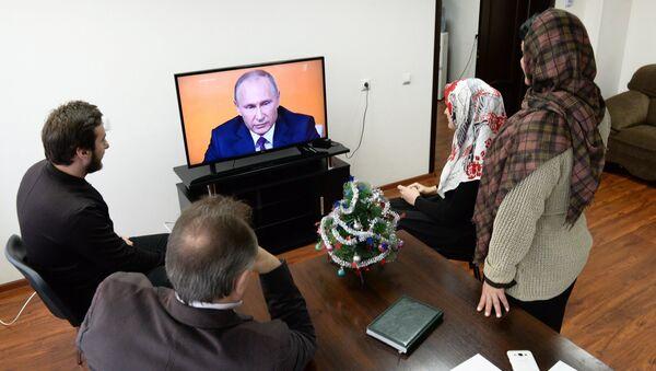 Ciudadanos rusos ven por la televisión la gran rueda de prensa anual de Vladímir Putin - Sputnik Mundo