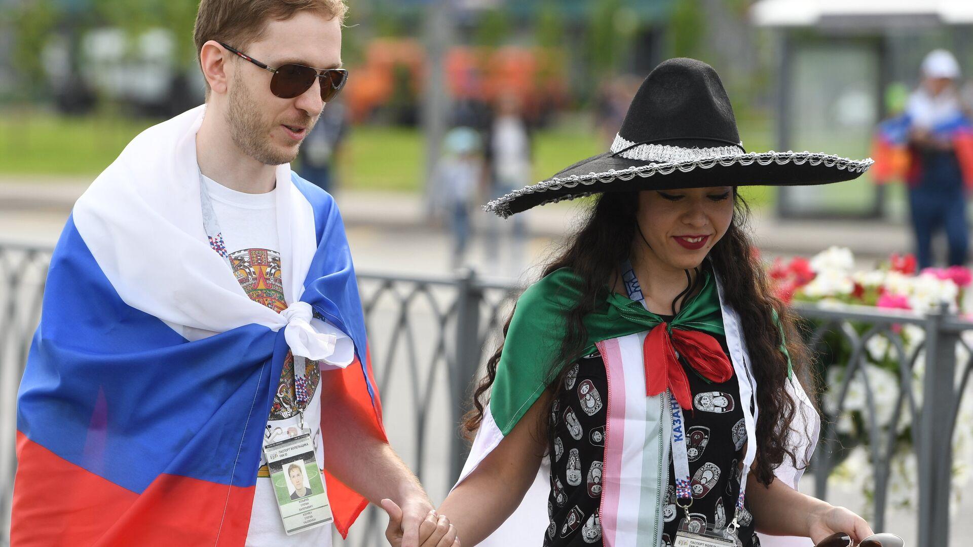 Una pareja con las banderas de Rusia y de México - Sputnik Mundo, 1920, 15.09.2021
