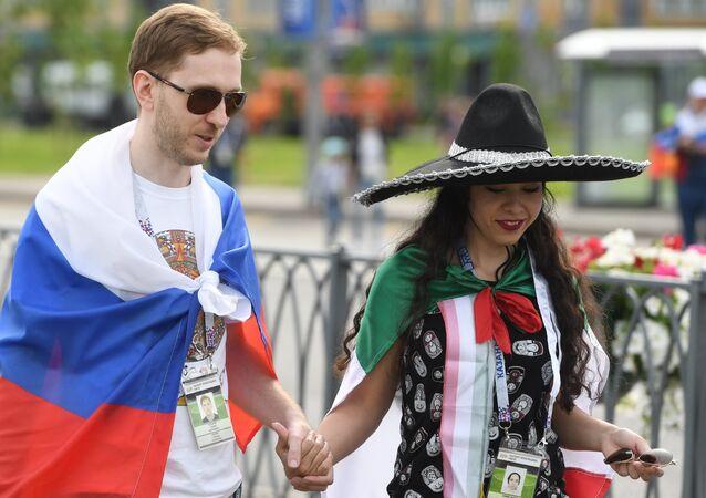Una pareja con las banderas de Rusia y de México