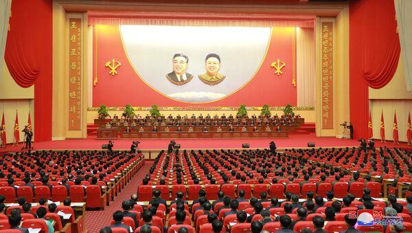 Los participantes del octavo Congreso de trabajadores de la industria de Defensa de Corea del Norte. - Sputnik Mundo