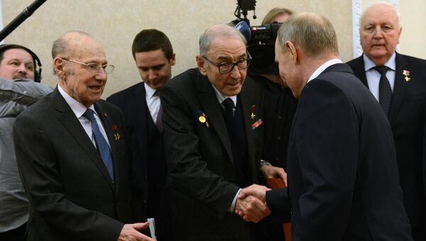 El presidente de Rusia Vladímir Putin durante la conversación con directivos del complejo industrial militar - Sputnik Mundo